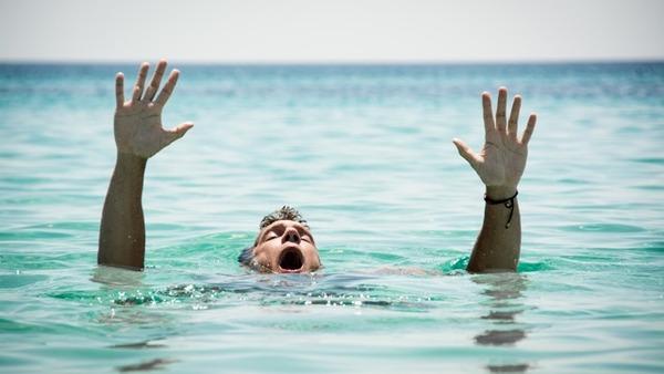 助けも呼ばず溺れた男性を笑いながら撮影して溺死させた少年5人、法律で罰することができない模様のサムネイル画像