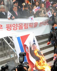 【悲報】韓国の団体が金正恩の写真や北の国旗を燃やす → 北朝鮮激怒へ・・・のサムネイル画像
