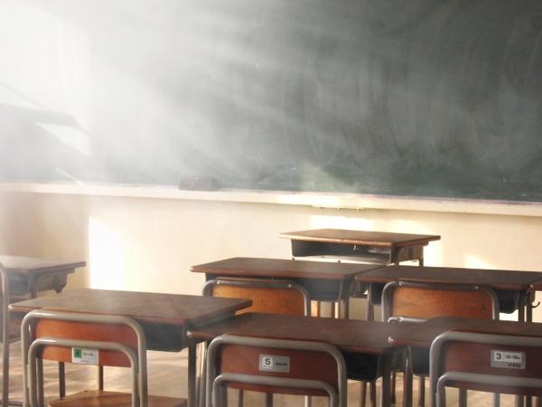 【悲報】不良生徒の胸ぐら掴んで叱った教師 全校生徒の前で謝罪のサムネイル画像