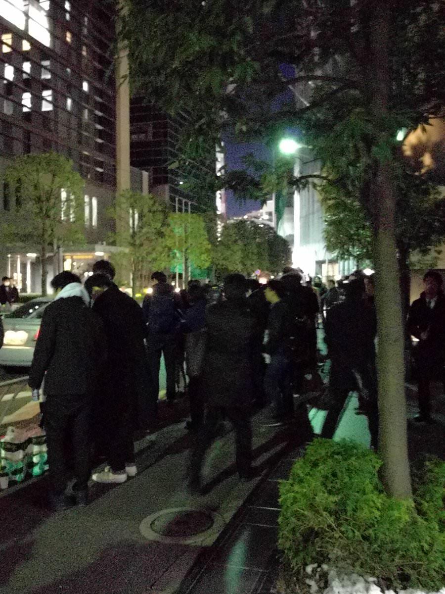 【悲報】「カネ返せー!」 コインチェック本社前に人が集まるのサムネイル画像