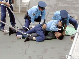 【群馬】暴れまわっていた男を警察7人で取り押さえたら死んじゃった・・・のサムネイル画像