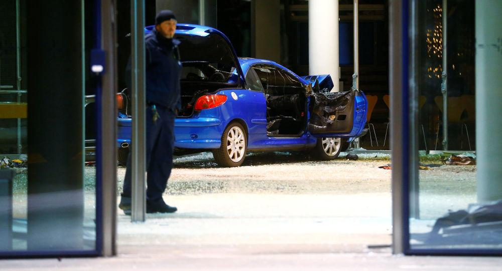 【国際】社会民主党本部に乗用車が突っ込む事故発生 のサムネイル画像