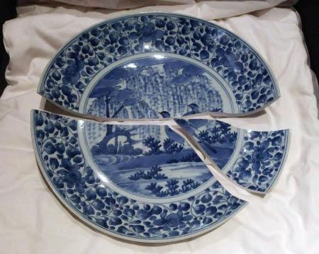 【悲報】台湾に貸し出した伊万里焼の皿、割れる・・・のサムネイル画像