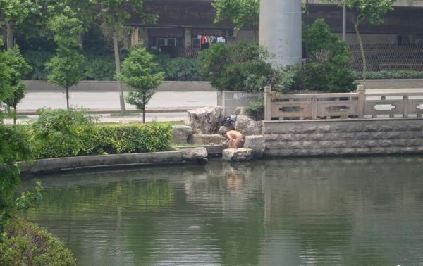 通学途中の男子生徒も赤面!早朝の川辺で全裸女性が入浴する風景―中国江蘇省のサムネイル画像