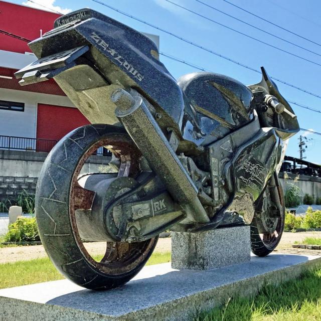 【走り出しそうなほどリアル】バイク事故で急逝した息子へ。母が贈った「石のバイク」カワサキZXRのサムネイル画像
