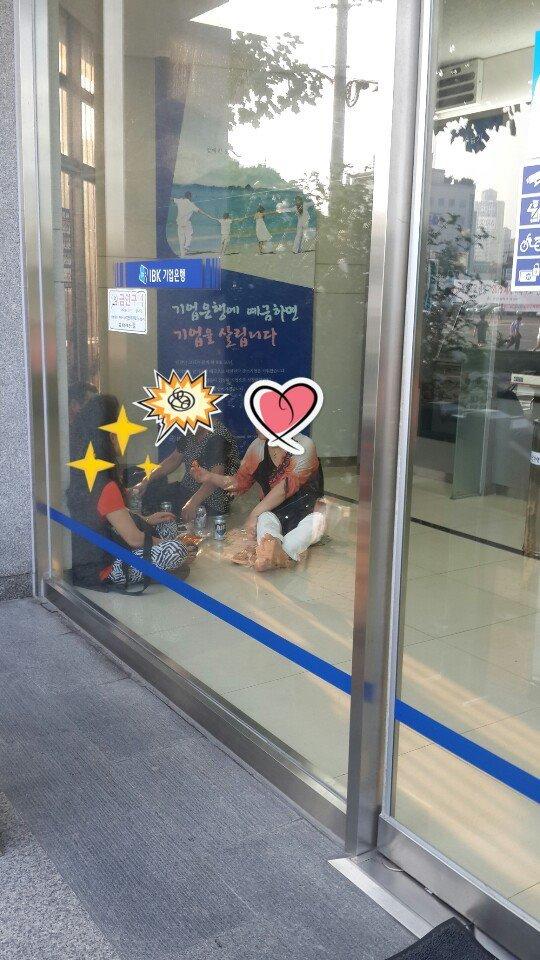 【韓国】銀行の中で涼みながらビールを飲む女性、靴を脱いで座り込みどんちゃん騒ぎwwwwwwwwwwwwのサムネイル画像