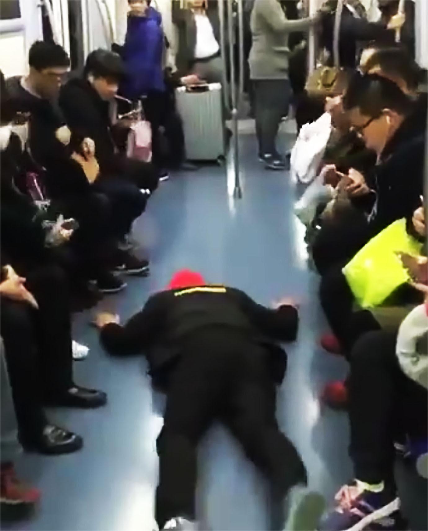 【衝撃動画】中国式の「満員電車で絶対に座席にすわる方法」が話題にwwwwwwwのサムネイル画像