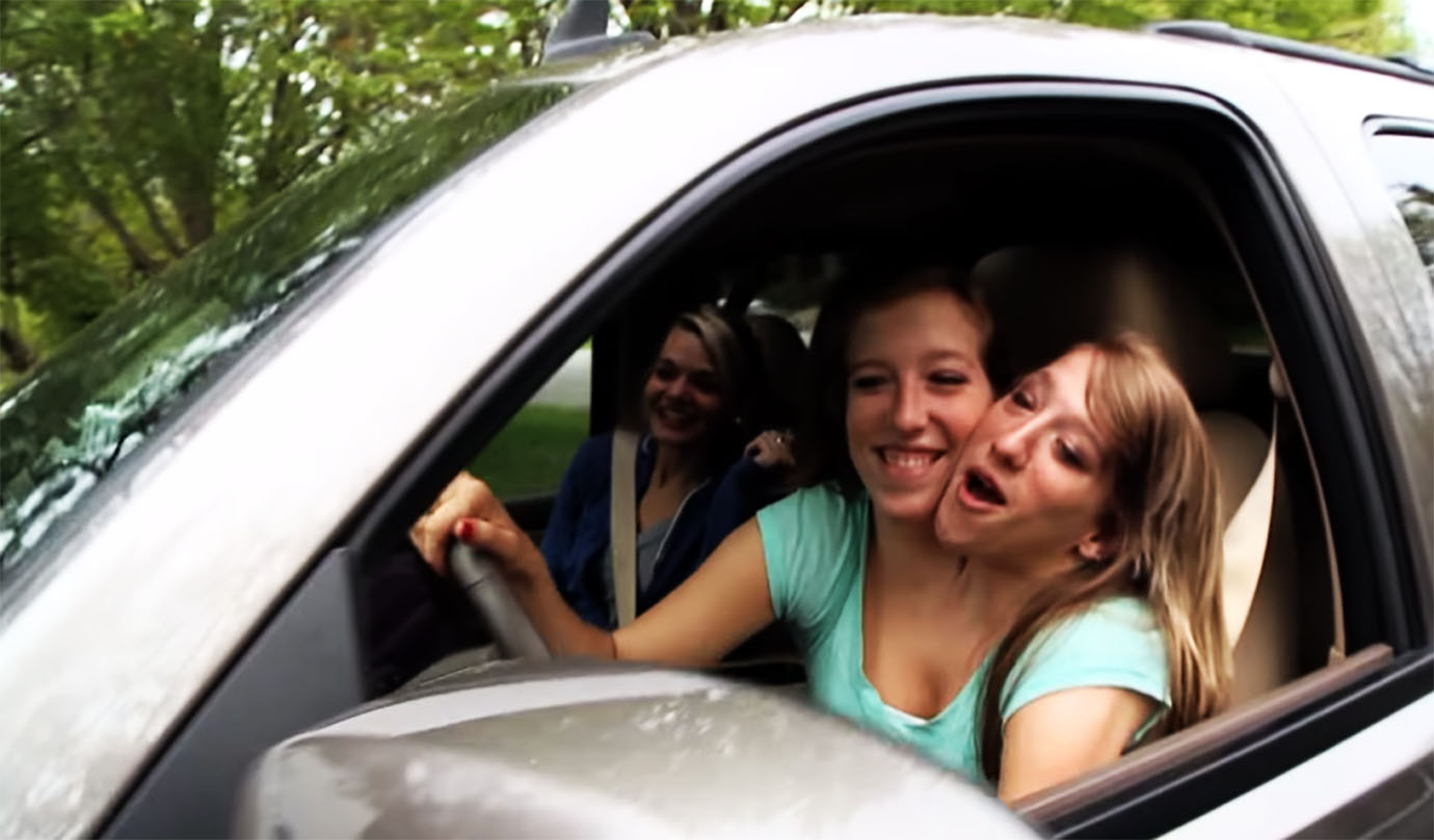 【話題】結合双生児の女性、小学校の先生になって車も運転する のサムネイル画像