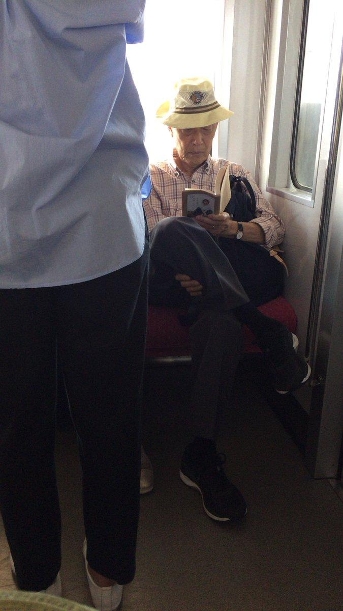 【悲報】まん様「前に女の子が立ってるのに優先席に脚を組んでる座ジイさん」パシャッのサムネイル画像