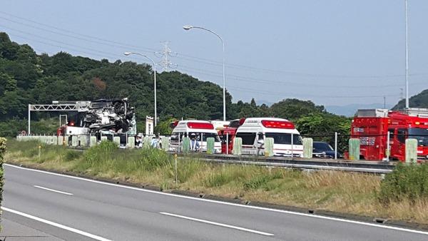 【衝撃】東名高速でバス事故・・・のサムネイル画像