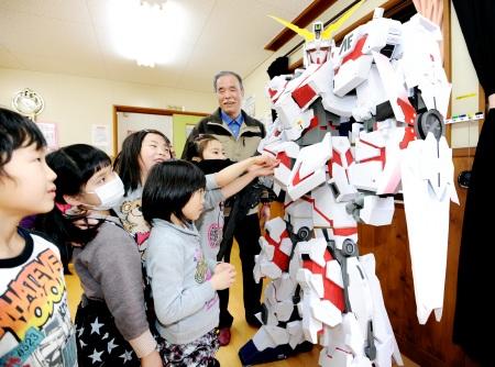 【画像あり】福井県のおじいちゃん(67)が作った2mの紙製ガンダムがすごすぎると話題にwwwwwのサムネイル画像