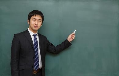 【キチガイ】中学教師、教室で教え子2人に背後から脇に手を入れおっぱいモミモミwwwwwwwwwwwのサムネイル画像