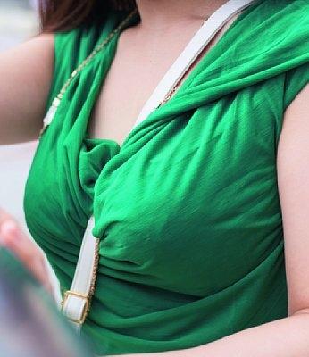女子ってパイスラで自分の胸が強調されていることを自覚してんの?のサムネイル画像