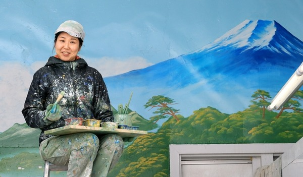 【話題】日本にたった3人しかいない銭湯ペンキ絵師 唯一にして最年少の女性「技術を途絶えさせてはならない」のサムネイル画像