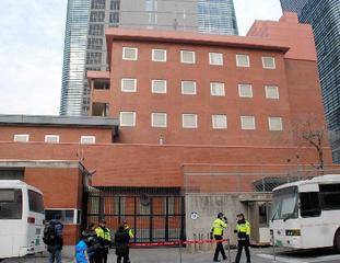 【韓国】ソウルの日本大使館前に「日韓慰安婦合意は無効」と主張する韓国民殺到へwwwwwwww のサムネイル画像