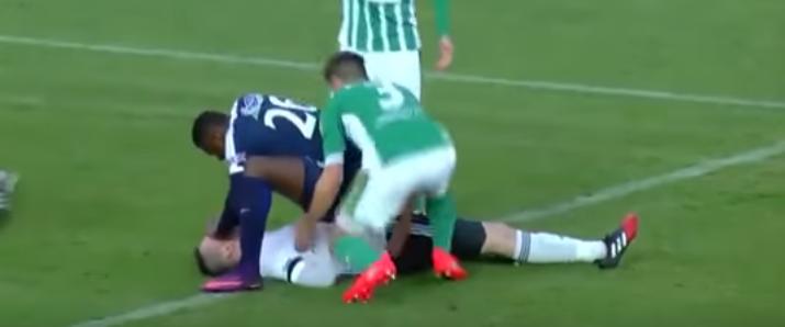 サッカーのプレイ中に接触し、失神 ← とっさに舌を引き出し、命救った選手に称賛の声のサムネイル画像