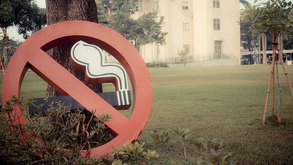 【悲報】喫煙席でも「吸うな!許せん!」 「モンスター嫌煙者」のタバコいじめが加速wwwwwwwwwwのサムネイル画像