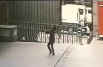 【動画】女性がビルから飛び降り→警備員が受け止めた結果・・・のサムネイル画像