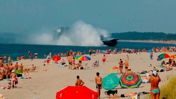 【画像】ヒャーハーッ ロシアの海水浴場に謎のホバークラフトが上陸wwwwwwwwwのサムネイル画像