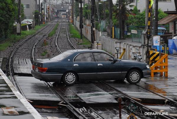 男性「踏切すれ違えないので後退してください」女性「は?なんでよふざけんな」→車に特急列車衝突のサムネイル画像