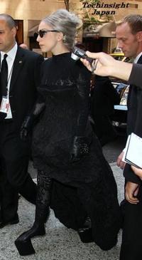 【画像あり】レディー・ガガの履いているブーツがヤバい。常につま先立ち状態のサムネイル画像