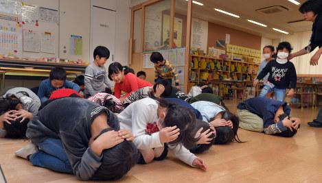 【悲報】福岡でミサイル対応訓練→反対の市民たちが抗議wwwwwwwwwwのサムネイル画像