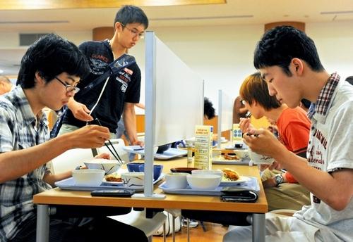 【画像あり】 京都大学の食堂に出来た 「ぼっち席」 が 悲しすぎる wwwwwwwwwwwwwwのサムネイル画像