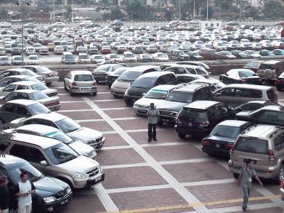 【悲報】駐車場で「バック中」に死角から迫る・・・→ 最近の当たり屋は質が悪いと話題に・・・のサムネイル画像