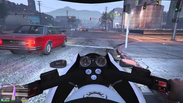 【動画】オートバイ、右折しようとした車を右側から追い抜こうとした結果・・・のサムネイル画像