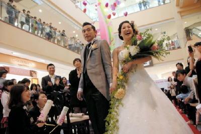 【なんで結婚式しないの?】深刻な結婚式離れにブライダル業界が危機wwwwwwwwwwwwwwwwのサムネイル画像