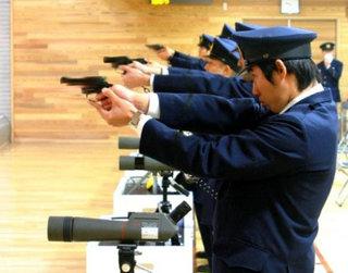 【福岡】 万引き犯、警官の首を片腕で絞めて拳銃を強奪 → 警官と保安員に向けて発砲 のサムネイル画像