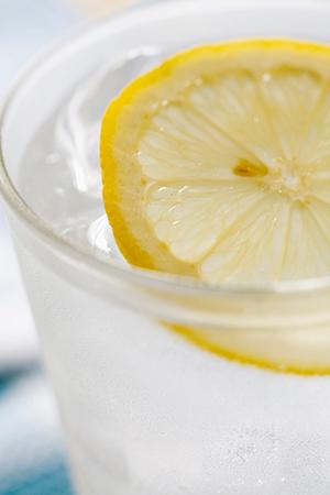 【健康】 毎朝1杯飲むだけ!レモン水がもたらす6つの効能のサムネイル画像