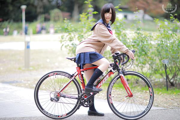 【悲報】自転車のJKに抜かれる → 早歩きで抜きかえした結果wwwwwwwwのサムネイル画像