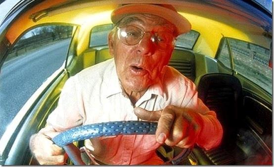 79歳男性「アクセルを踏みながらサイドブレーキを解除してしまった」→ 薬局に特攻へwwwwwwwwwwwwwwwのサムネイル画像