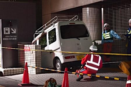 【絶望】東京メトロの入口の階段に駐車しようとした男の末路wwwwwwwwwwwwwwwwwのサムネイル画像
