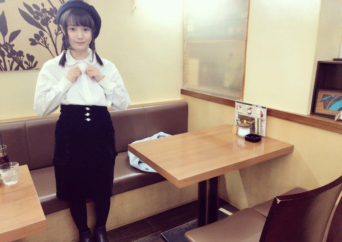 カフェで可愛らしい表情の尾崎由香