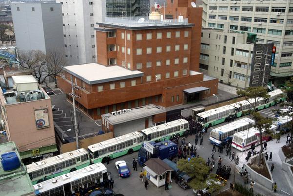 【衝撃】釜山の日本総領事館で首つり男性遺体が発見される・・・のサムネイル画像
