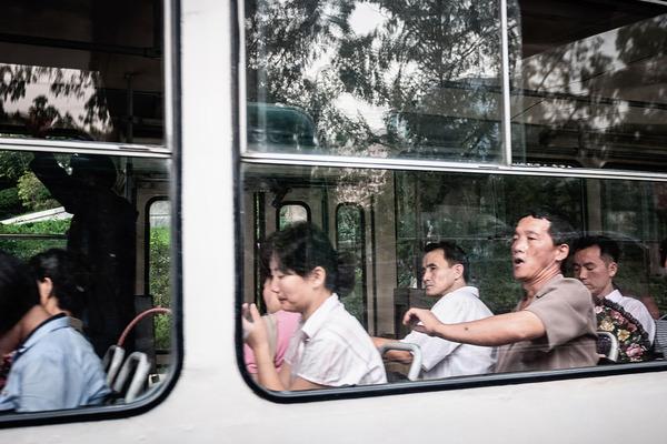 旅行者が撮影した北朝鮮の日常の写真。物が少ないスーパーマーケット、痩せ細った人民。のサムネイル画像