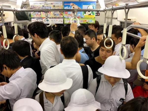 【悲報】自称「オネエタレント」電車内で男子大学生に痴漢を働いてしまう・・・のサムネイル画像
