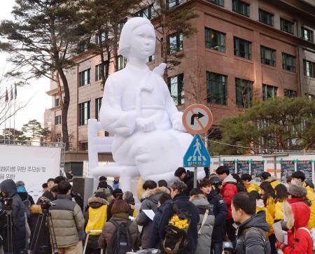 【悲報】韓国で慰安婦像が次々出現、巨大型や立位型もwwwwwwwwwwwwwwwwのサムネイル画像