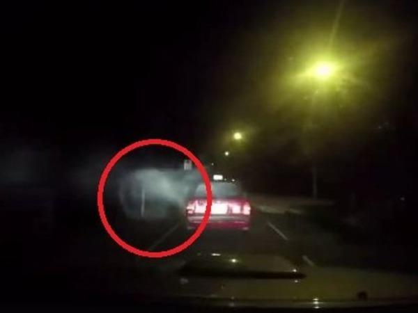 【動画】タクシーが謎のエネルギー体の直撃を受け、あわや惨事にwwwwwwのサムネイル画像