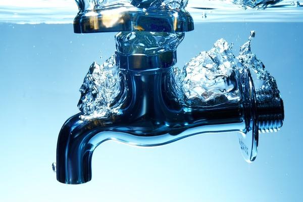 警察から5円相当の水を盗んだおっさんwwwwwwwwwwwwwのサムネイル画像