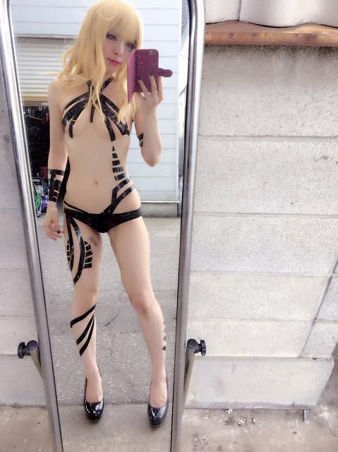 【画像】パリピ女さん「裸にテープ貼るのが海外で流行っているんだ・・・」のサムネイル画像