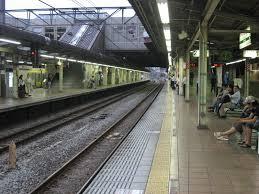 【衝撃】電車に乗っていた男性が女性とトラブル → 線路に飛び降りた結果wwwwwwwwwwwwのサムネイル画像