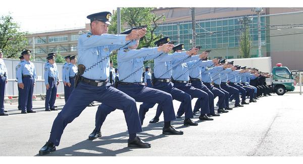 【大阪】警察官が3人がかりで取り押さえ、膝蹴り → 目撃者「抵抗していない外国人にやりすぎ」のサムネイル画像