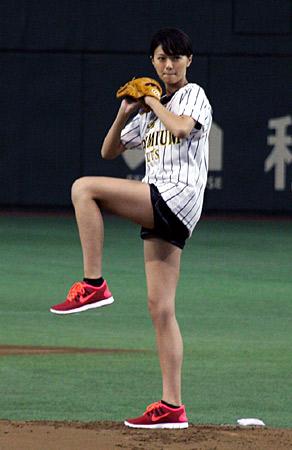 【画像】榮倉奈々、ノーバンに大喜び 始球式で美脚披露のサムネイル画像