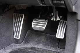 【悲報】何故、アクセルとブレーキの踏み間違い事故は無くならないのか「車の構造改善も不可欠」のサムネイル画像