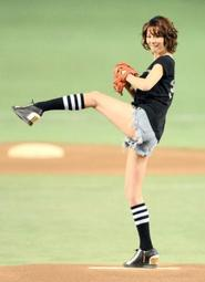 【画像あり】 女優・米倉涼子がショーパン姿で始球式のサムネイル画像