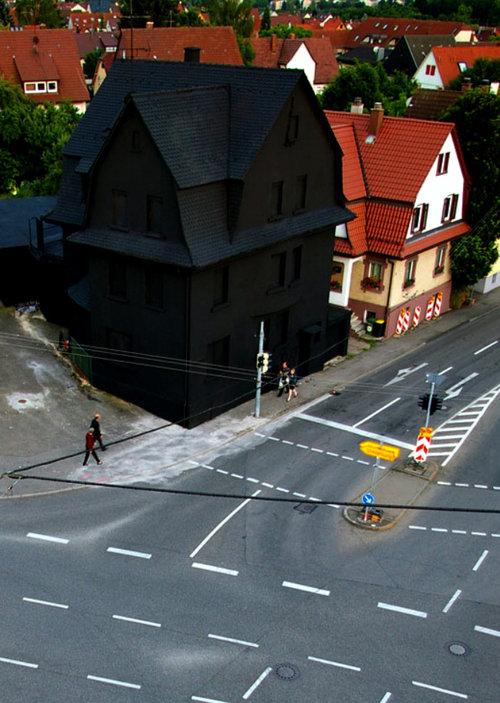 【画像】ドイツの「真っ黒な家」が想像以上にブラックでワロタwwwのサムネイル画像