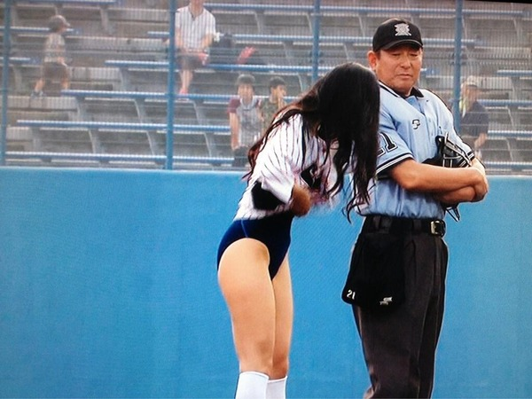 【画像】壇蜜の始球式で放送事故!!!審判が壇蜜の水着姿をガン見wwwこれはOUTwwwwwwwwwのサムネイル画像